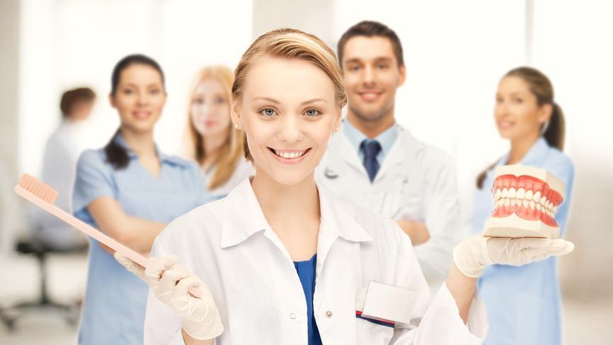 Bild einer Zahnärztin mit Gebiss in der Hand